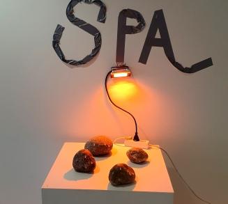 Hikoilevat kivet / Sweating Stones, 2019 (stones, glue, red light)