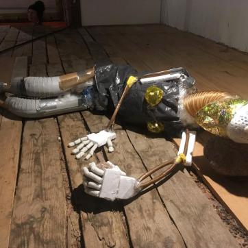 Tyyppi makaa kiven kanssa, 2019: trash & object trouvé sculpture, c. 180cm x 60cm x 60cm. Here exhibited in Taidelaitos Haihatus 2019.