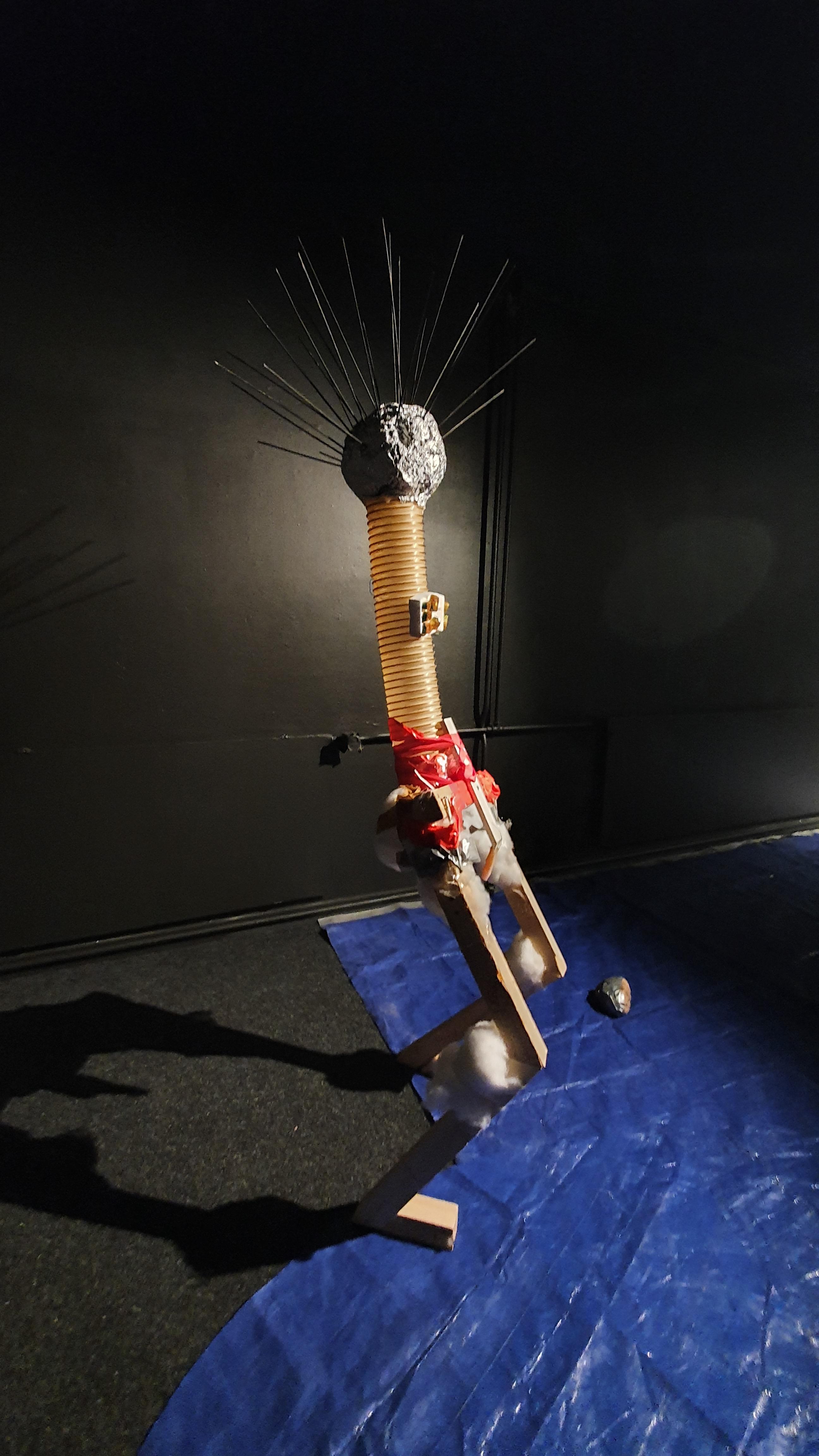 Tikku, 2019: löydetyt materiaalit, romuveistos / trash & object trouvé sculpture, 160cm x 50cm x 60cm. Kuvassa esillä / here exhibited in Galleria Mustanapa, Rovaniemi.